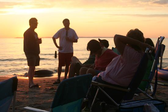 Jolli Lodge: Relaxing at the beach during sunset