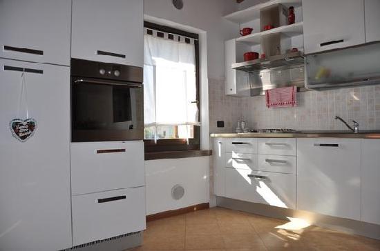La Casa di Pierina: Cucina dell'appartamento Rosso
