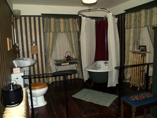 The Historic Occidental Hotel & Saloon and The Virginian Restaurant: Occidental - Bathroom in one of the rooms