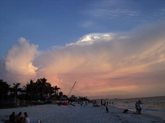 Bonita Beach & Tennis Club : Bonita Beach at sunset (facing south)