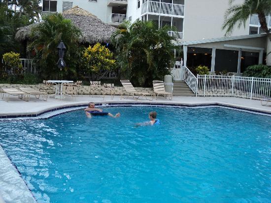 Bonita Beach & Tennis Club : Our favorite pool (Bonita Breeze Restaurant is in the back)