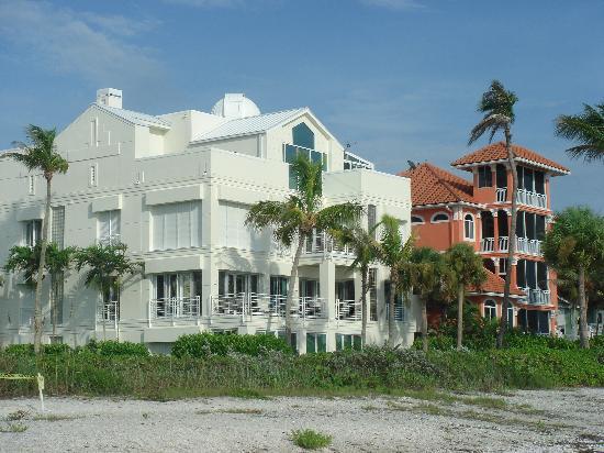 Bonita Beach & Tennis Club : Beach mansions... the white one has a telescope!
