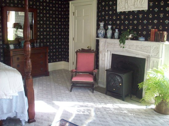 Blackinton Manor Bed & Breakfast: Parlor room