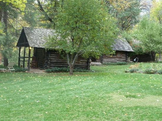 Orchard Canyon on Oak Creek: Smaller cabins along Oak Creek