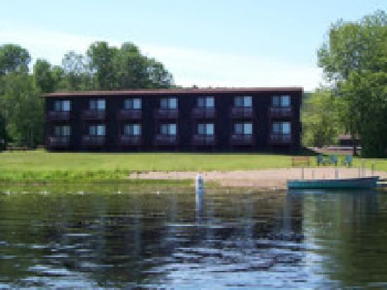 Lake Fanny Hooe Resort & Campground: Lakefront Motel Rooms with Kitchenettes