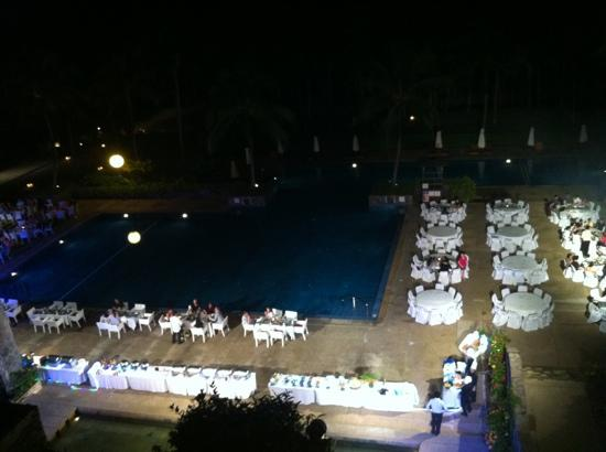 ‪‪Lagoi‬, إندونيسيا: Aerial view of the poolside dinner - doesn't happen often; lucky us!‬