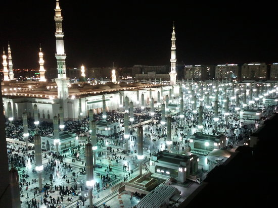 Anwar Al Madinah Movenpick Hotel : A night view of HARAM from the room