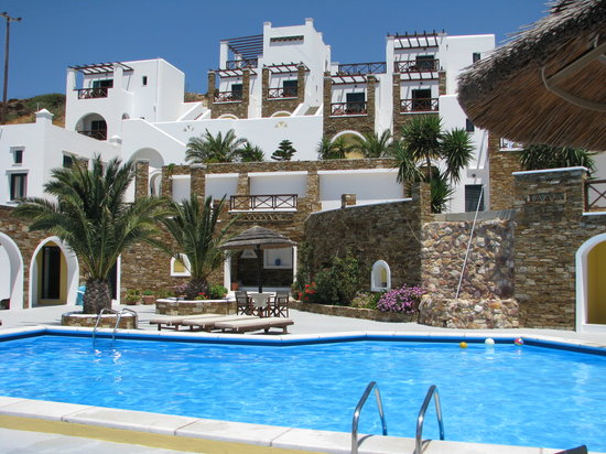Hotel Katerina: pool area and view of the hotel