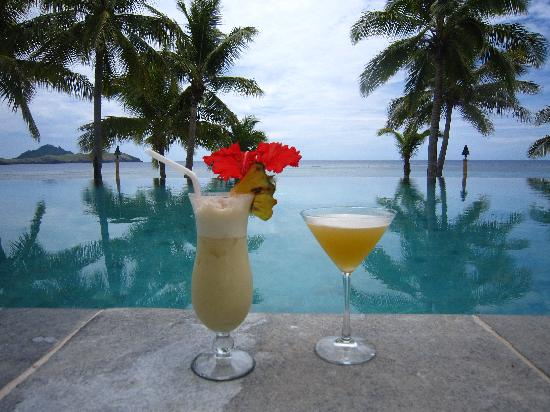 Tokoriki Island Resort: Drinks by the pool