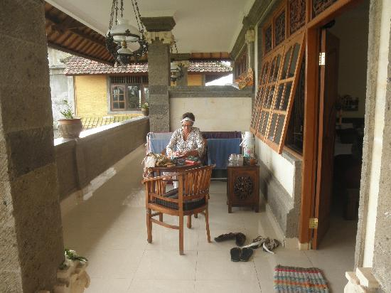 Warji House 1 Bungalows: reading and writing