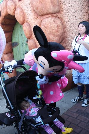 Tokyo Disneyland: You have to chase her!!