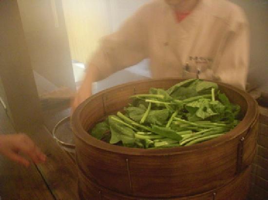 Beppu, Japão: ほうれん草は一束100円。三分で蒸しあがります。