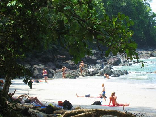 Playa Manuel Antonio: People lounging on the beach