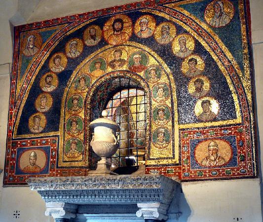 Basilica Di Santa Prassede : particolare della porta d'ingresso vista dall'interno