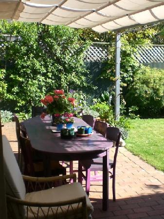 Fendalton House: Shaded outdoor table