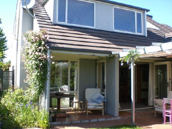 Fendalton House : Garden exterior