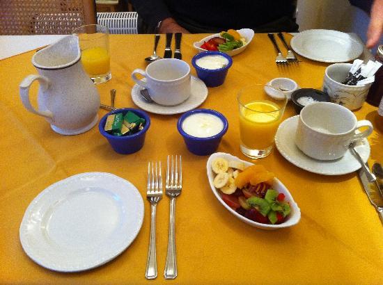 82 Fishbourne : le petit déjeuner commence splendidement ... (jus d'orange, yaourt, fruits frais ...)
