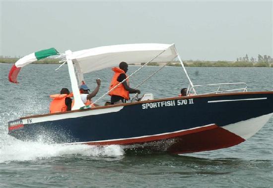 Voile au Senegal: location de bateau a moteur
