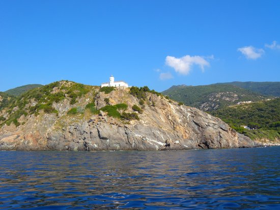 Marciana, Italia: il faro di punta polveraia dalla barca