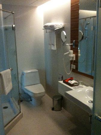 ซาช่าส์ โฮเต็ล อูโน่: Decent size bathroom with overhead rain shower