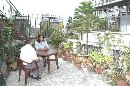 โรงแรมเฟสตูน: rooftop with guest