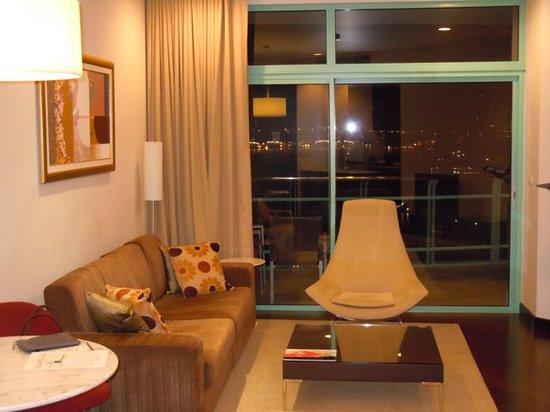 Chatrium Hotel Riverside Bangkok: Living area with balcony at the back