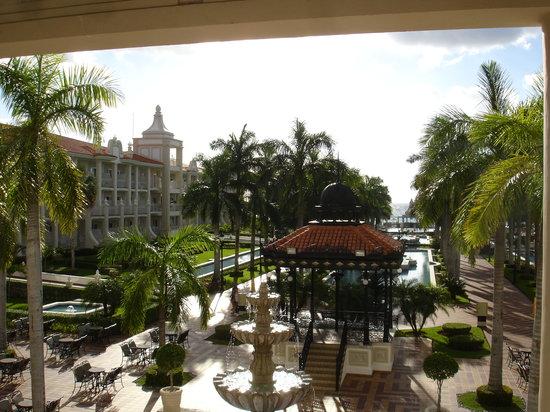 Hotel Riu Palace Riviera Maya: Toward the pool and beach from the lobby