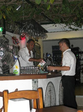 Divers Restaraunt: Staff at the bar!