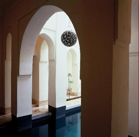 Riyad El Cadi: Pool under arcades