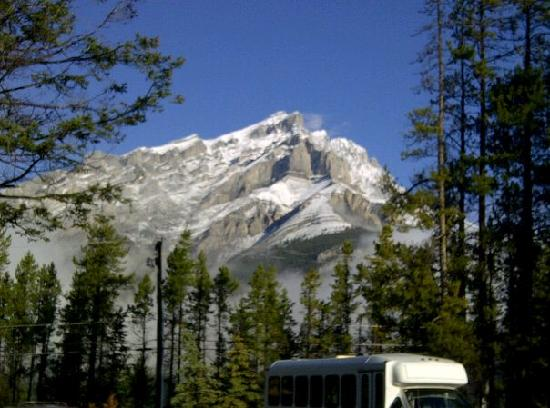 HI-Banff Alpine Centre : the view out the front door