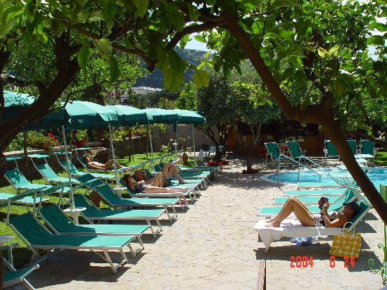 Antiche Mura Hotel: Solarium with sun-beds,, deck- chairs & sun umbrellas