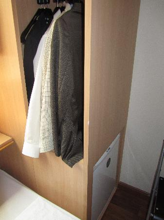 Ibis Rio de Janeiro Santos Dumont: To get room for a mini fridge, you can't hang properly your clothes