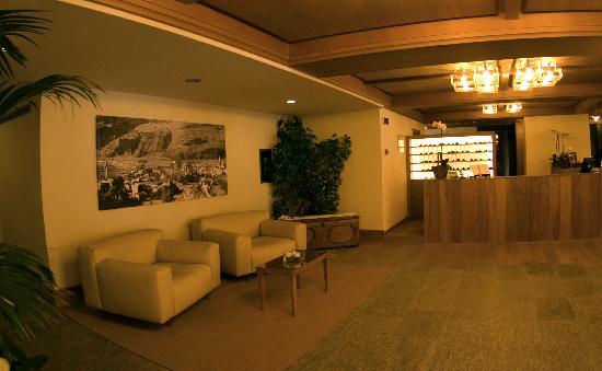 Hotel Palace Wellness & Beauty: Hall, foto Bormio vecchia