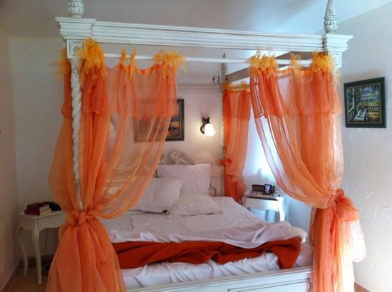 La Bastide de Tourtour : our bedroom: Indian nostalgia?