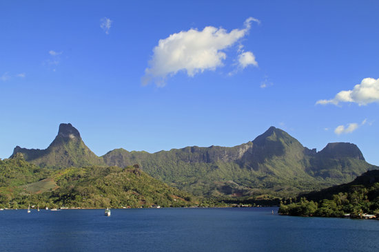 Moorea, French Polynesia: Cook's Bay skyline