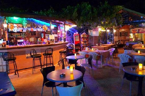 Eden Garden Apartments: Bar night time