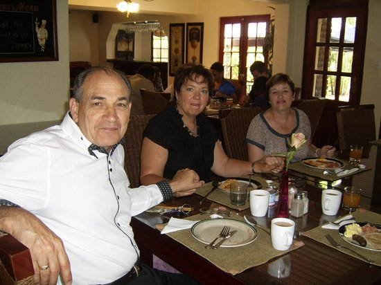 Villa Palmeira Petit Hotel: Guests being treated to wonderful breakfast