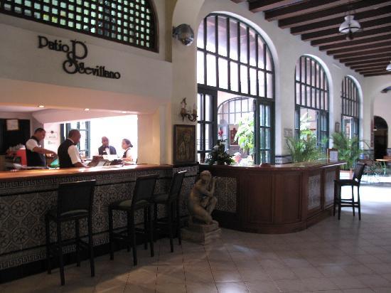 Mercure Sevilla La Habana: The lobby bar and patio