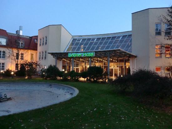 Lindner Hotel Leipzig: Außenansicht bei Abendstimmung