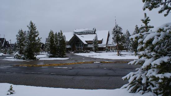 Old Faithful Snow Lodge and Cabins : Snowy Snow Lodge in late May