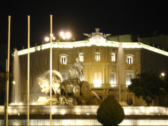 Fuente de Cibeles: Iluminada de noche