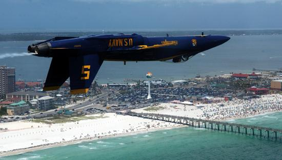 เพนซาโคลาบีช, ฟลอริด้า: The Blue Angels perform during Red, White & Blues Week on Pensacola Beach