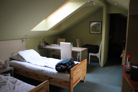 Hotelik Dark Pub: Two beds and table. One TV & closet are on right