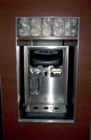River Hotel: Filtered water dispenser in hall