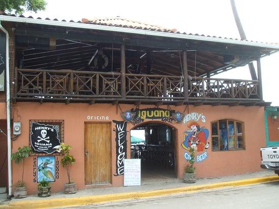 Henry's Iguana Beach Bar & Restaurant: The outside view of Henry's Iguana