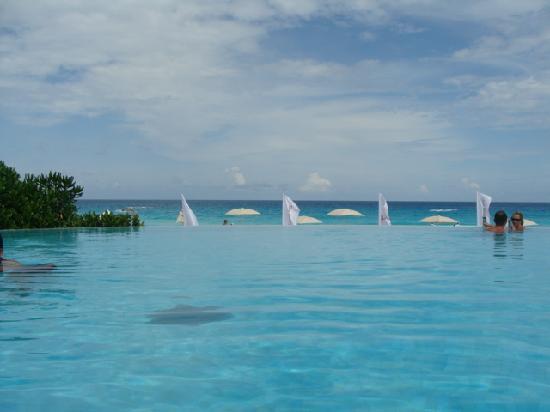 ME Cancun: Infinity edge pool.....