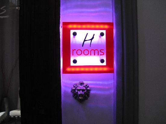 H Rooms Boutique Hotel : L'insegna fuori dalla porta