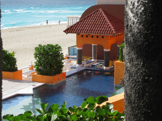 Mía Cancún: View of pool from room patio early in the morning