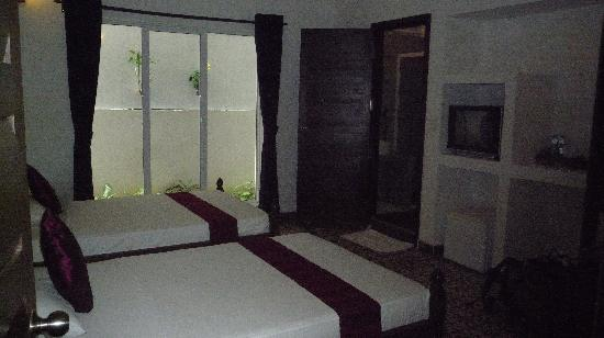 The Little Garden Boutique Hotel: Bedroom--nice and large--no view, but it was ground floorf