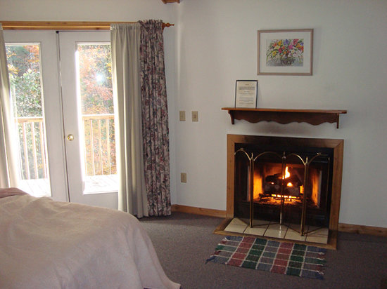 Fryemont Inn: Bedroom with Fireplace